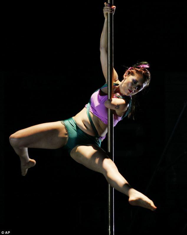翻、轉、倒立…她,獨臂舞鋼管