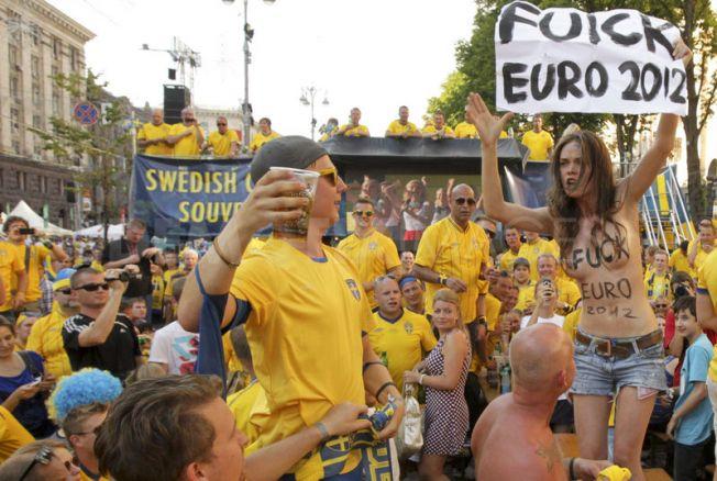歐洲國家盃 辣妹露奶抗議