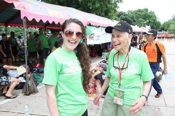 龍舟賽外國隊伍愛上高雄美食 86歲阿嬤獲頒特別感謝狀