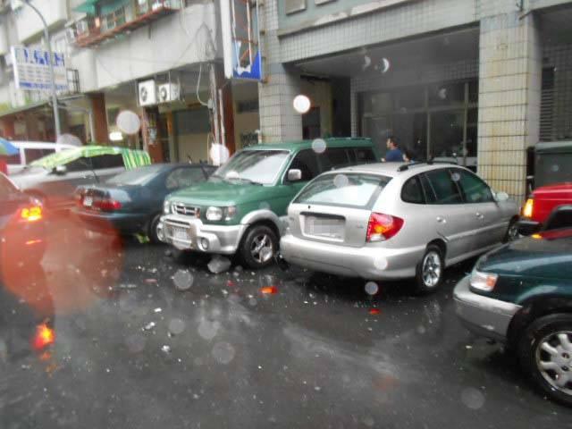 雷擊?大樓屋頂被削,落石砸4車