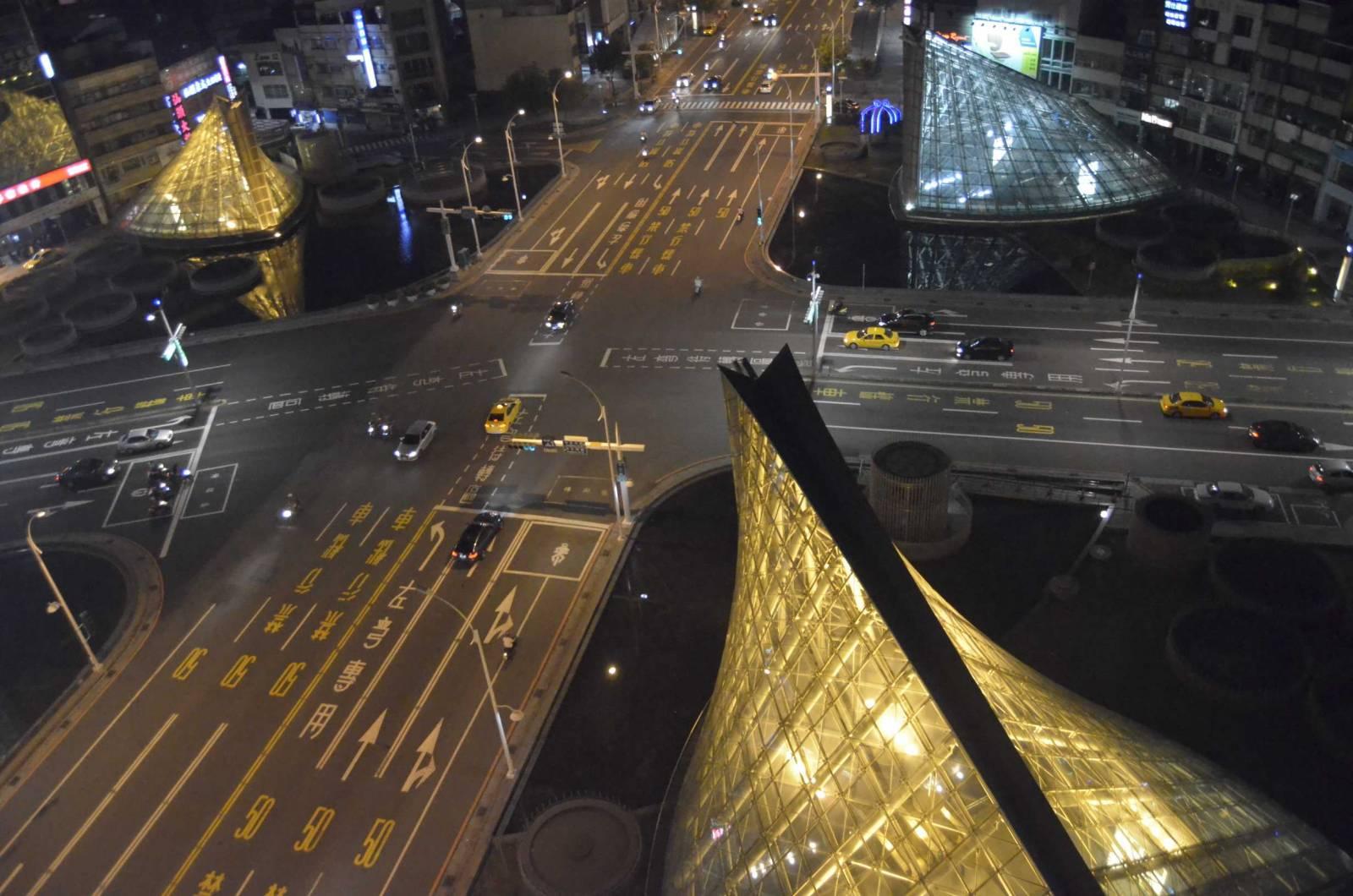 比擬羅浮宮玻璃金字塔 金黃穹頂點襯高雄夜色