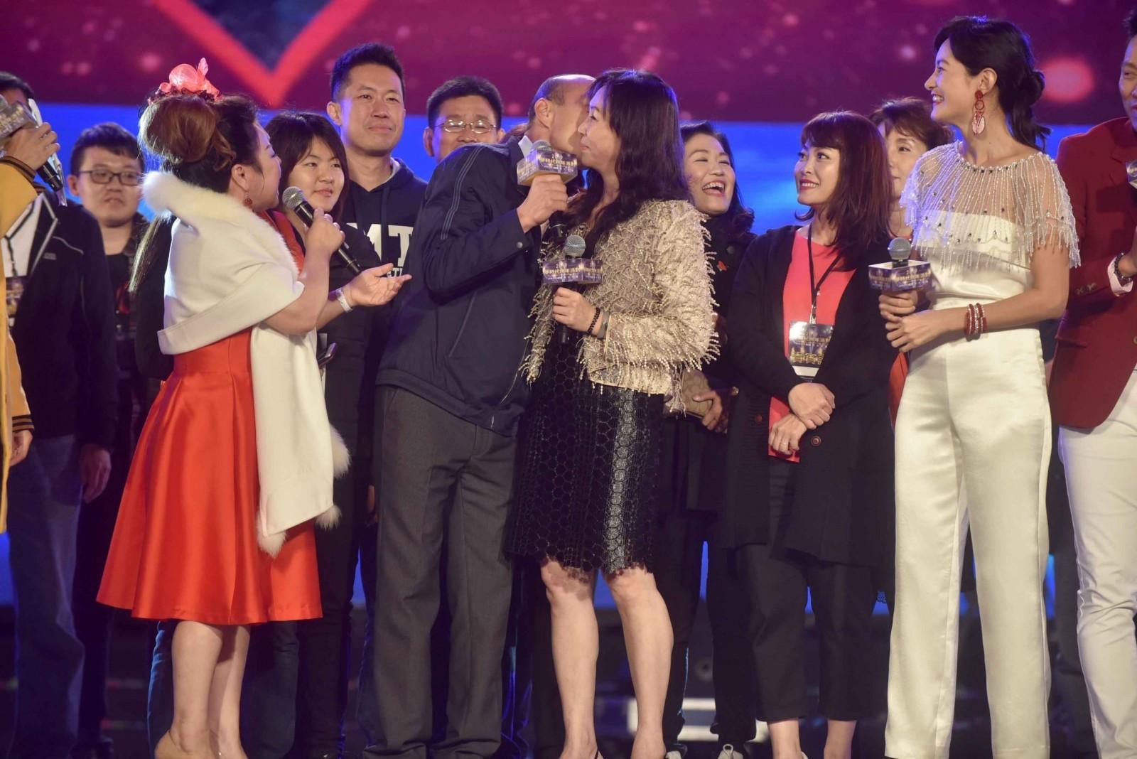 跨年爆棚 夢時代湧80萬人 韓國瑜夫婦開金嗓