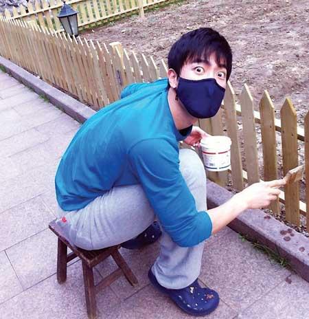 劉翔勞動節為家裏刷油漆做鬼臉遭調侃